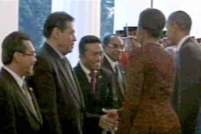 Il momento della stretta di mano tra Michelel Obama e il ministro indonesiano