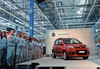 La nuova Fiat Panda e gli operai di Pomigliano d'Arco (Foto Imageoconomica)