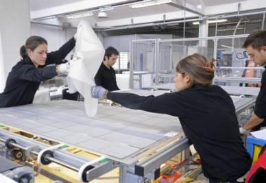 La costruzione di un pannello solare (Foto Imagoeconomica)