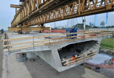 La costruzione di un ponte (Foto Imagoeconomica)