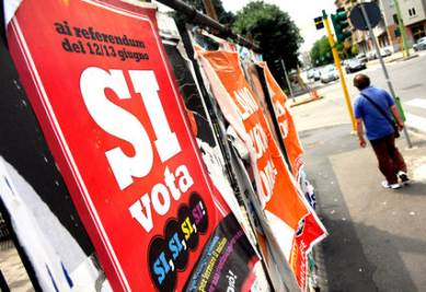 Tornano i manifesti per i referendum (Imagoeconomica)