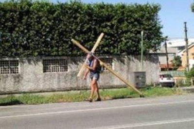 Salvatore Glorioso: a piedi con una croce da Milano alla Sicilia