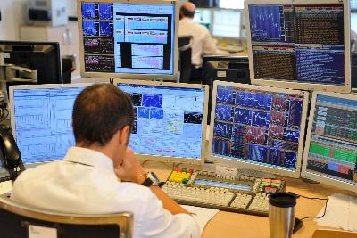 Un operatore davanti ai monitor di trading (Foto: IMAGOECONOMICA)
