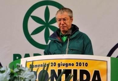 Umberto Bossi a Pontida (Imagoeconomica)