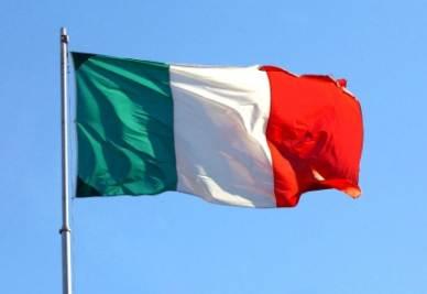 Una bandiera italiana che sventola (Foto: IMAGOECONOMICA)