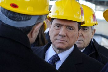 Silvio Berlusconi in un cantiere (Ansa). Che sia quello della scuola?