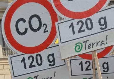 Dei cartelli di protesta contro l'aumento dei gas serra (Foto: IMAGOECONOMICA)