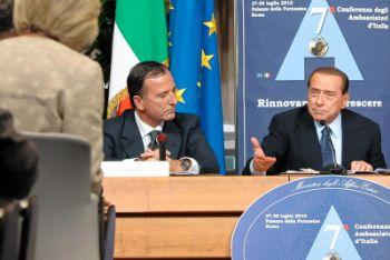 Il ministro degli Esteri Frattini e il premier Berlusconi (Imagoeconomica)