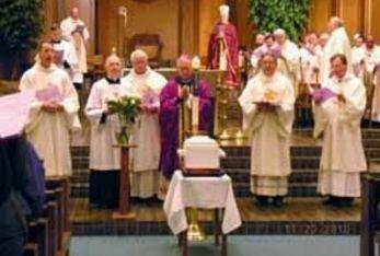 Un momento dei funerali per i 17 feti ritrovati nel Michigan