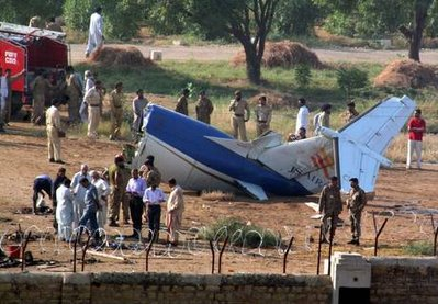 Il volo charter precipitato in Pakistan, i resti (foto Ansa)