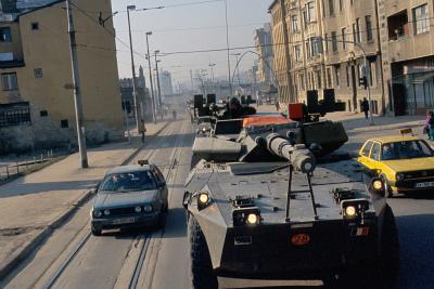 Autoblindo italiano per le strade di Sarajevo, 1996 (Imagoeconomica)