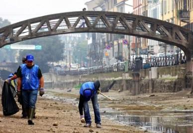 A Milano, Volontari in azione (Imagoeconomica)