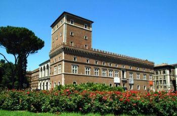 Dal balcone di Palazzo Venezia Mussolini pronunciò i suoi discorsi più importanti