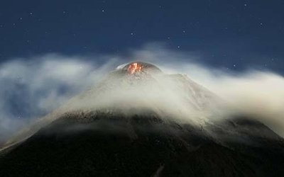 Il vulcano Merapi in Indonesia: si teme una esplosioen catastrofica