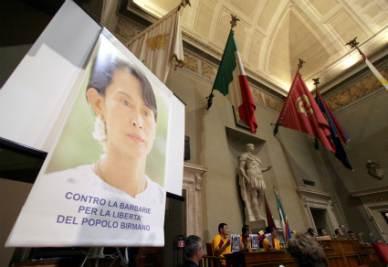 Una vecchia immagine di una manifestazione per la liberazione di Aung San Suu Kyi (Infophoto)