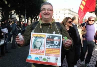 Uno dei manifestanti della Fiom (Infophoto)
