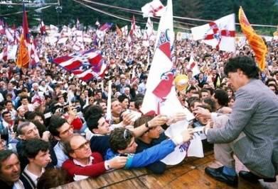 Umberto Bossi in una vecchia manifestazione leghista (Infophoto)