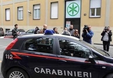 Carabinieri nella sede della Lega Nord di via Bellerio (Infophoto)