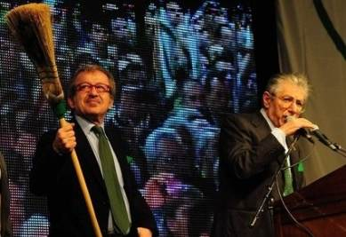 Maroni e Bossi alla manifestazione di Bergamo (Infophoto)