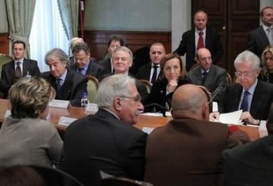 Il precedente tavolo tra governo e sindacati (Infophoto)