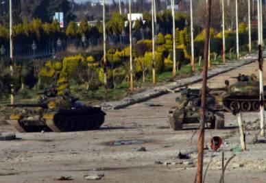Carri armati in azione a Homs (Infophoto)