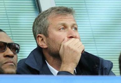 Roman Abramovich osserva pensieroso: pioggia di sterline in arrivo per il Chelsea? (INFOPHOTO)