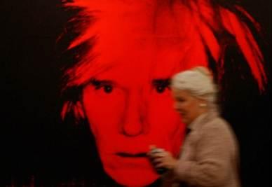 "Davanti ad un ""Self Portrait"" di Andy Warhol (InfoPhoto)"