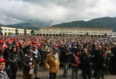 Un momento di raccoglimento per le vittime del terremoto de L'Aquila (Foto: Infophoto)