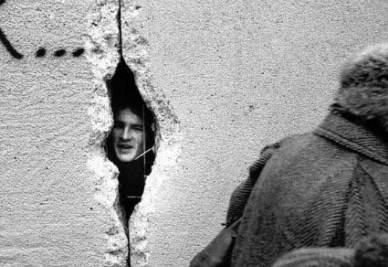 1989, breccia nel muro di Berlino (InfoPhoto)