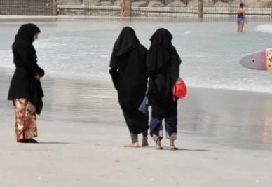 Donne in spiaggia con il burqa