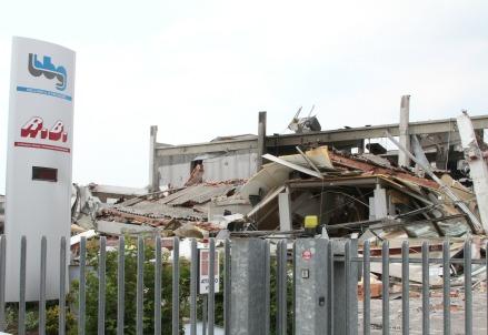 Un capannone colpito dal terremoto