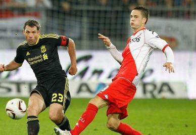 Ricky Van Wolfsfinkel (a destra) impegnato contro Carragher in Europa League (INFOPHOTO)