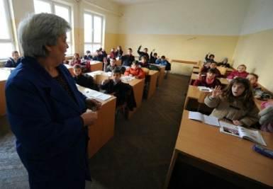 Un insegnante, uno dei dipendenti del pubblico impiego (Infophoto)