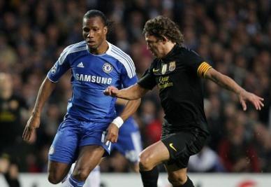 Didier Drogba contro Carles Puyol: uno dei duelli di stasera (Infophoto)