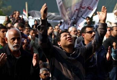 Folla in Egitto (Foto Infophoto)
