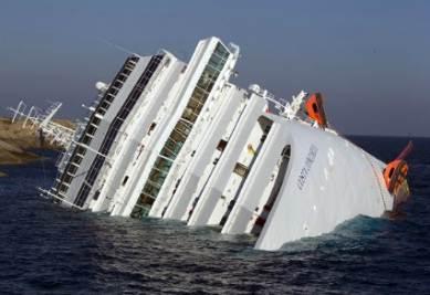 La nave affondata all'Isola del Giglio (Infophoto)