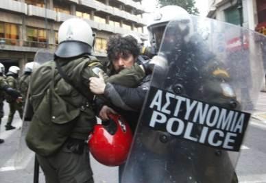 Un momento degli scontri (Foto InfoPhoto)