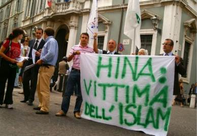 Uno striscione per Hina Saleem, la ragazza pakistana uccisa dal padre
