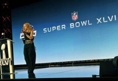 SUPER BOWL/ Vincono i New York Giants, Madonna casca durante l'esibizione (video)