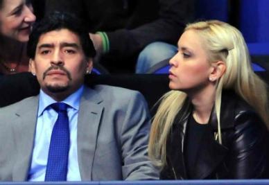 Maradona assieme alla compagna (Infophoto)