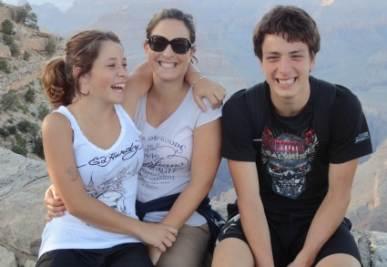 Marco insieme alle sue sorelle (foto famiglia Gallo)
