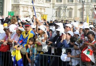 la folla in Piazza Duomo accoglie il Santo Padre (Foto: Infophoto)