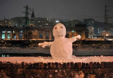 La neve porta allegria, ma non per il calcio... (Infophoto)