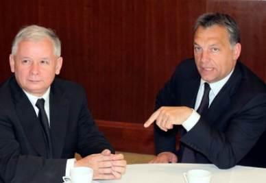 Il premier ungherese Viktor Orbàn (a destra) con l'ex premier polacco Kaczynski (InfoPhoto)