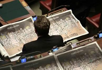 Un parlamentare e i giornali nell'emiciclio (Foto: Infophoto)