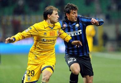 Duello argentino tra Gabriel Paletta e Diego Milito (INFOPHOTO)