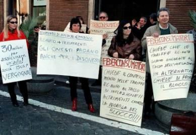 Una manifestazione contro l'aumento delle Rc auto, foto Infofoto