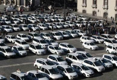 La protesta dei tassisti in piazza del Plebiscito a Napoli (InfoPhoto)