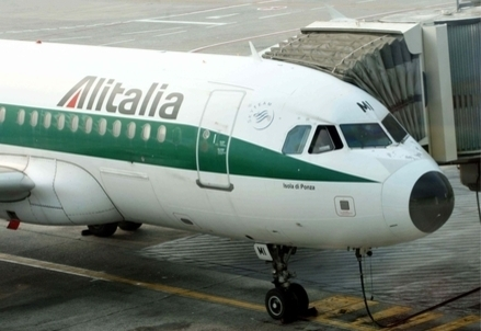 Un velivolo Alitalia (Infophoto)