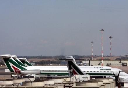 Aerei sul piazzale di Fiumicino (Infophoto)